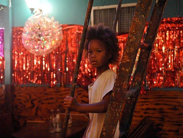 DIVOKÁ BYTOST. Představitelku Hushpuppy (Quvenzhané Wallis) našel režisér až na konci marného hledání mezi čtyřmi tisíci dětí.