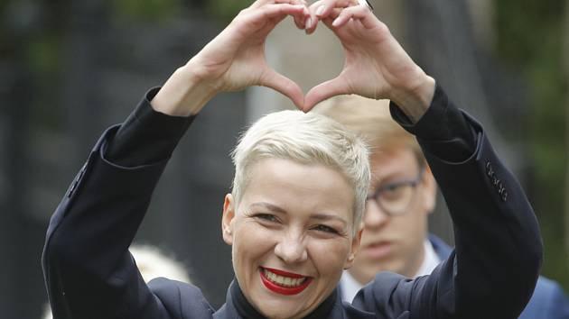 Maryja Kalesnikavová, jeden z opozičních lídrů zdraví své příznivce v Minsku, 27. srpna 2020