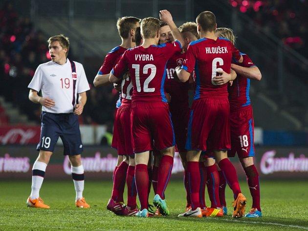Čeští fotbalisté se radují z gólu proti Norsku.