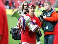 Veselý Milan Ivana s pohárem pro fotbalové mistry.