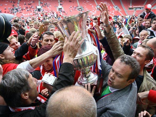 Opět po roce mají fotbalisté Slavie pohár u sebe.