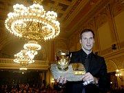 Pavel Nedvěd s trofejí pro fotbalistu roku 2000.