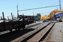Odklízecí čety pracují na zprovoznění vlakové trati