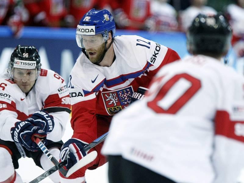Jiří Novotný (uprostřed) se snaží prosadit proti Švýcarsku.