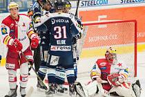 Hokejisté Vítkovic se radují z gólu proti Slavii.