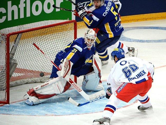 Tomáš Rolinek střílí úvodní gól utkání.