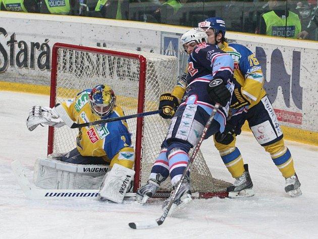 Hokejisté Ústí (ve žlutém) ve finále první ligy proti Chomutovu.
