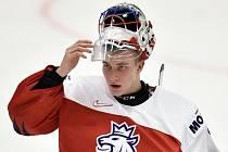 Brankář Lukáš Dostál z České republiky po skončení zápasu proti Rusku na MS hokejistů do dvaceti let.