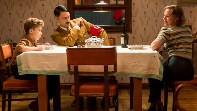 JOJO RABBIT. V protiválečné satiře si zahraje krásná Scarlett Johansson a Sam Rockwell.