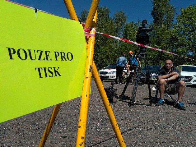 Čekání na Jiřího Kajínka na parkovišti před Věznicí Rýnovice