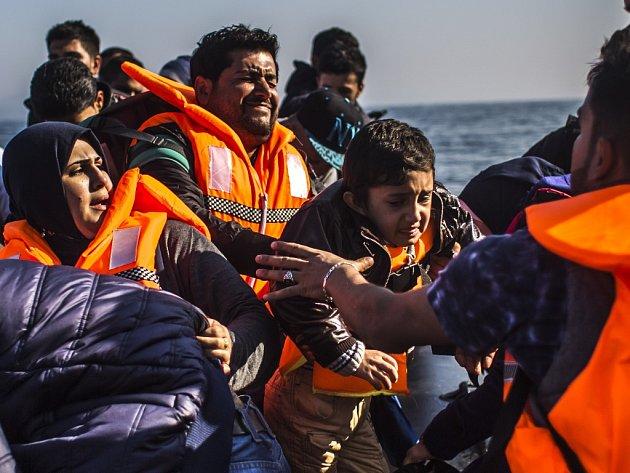 Dobrovolníci, kteří na Balkáně a na řeckých ostrovech pomáhají zvládnout migrační krizi, se potýkají s nedostatkem peněz a malou podporou Evropské unie.