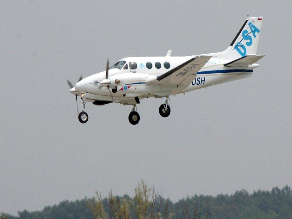 Letadlo Beechcraft King Air C90 nad hradeckýmk letištěm. Stejný typ letadla se zřítil v blízkosti kyjevského letiště.