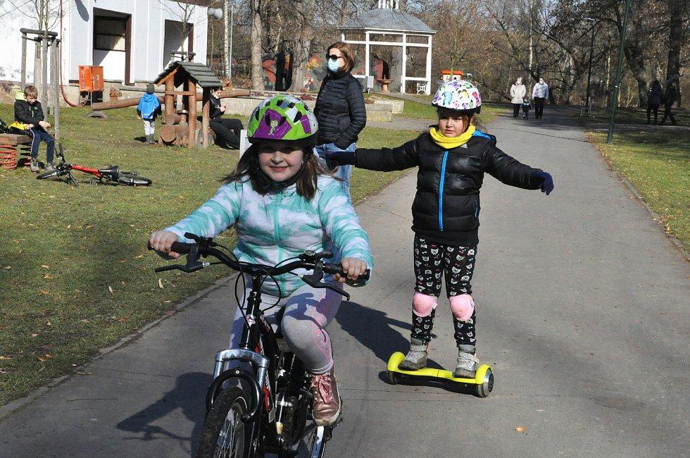 Děti s přilbou na kolech