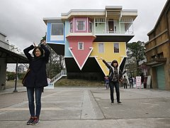 Stovky návštěvníků již přitáhl na Tchaj-wanu dům, který byl postaven vzhůru nohama.