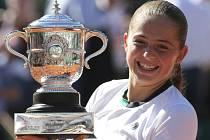Jelena Ostapenková s trofejí pro vítězku Roland Garros.