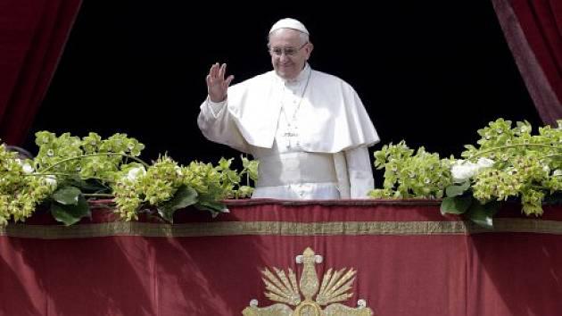 Papež František přednáší proslov ve Vatikánu.