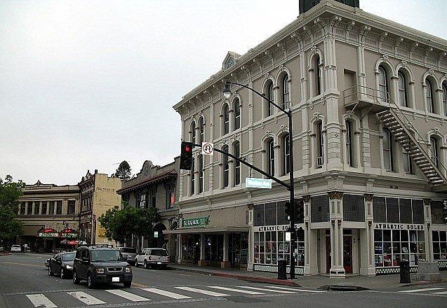 Město Petaluma v Kalifornii, kde žila Polly Klaasová s rodiči. Její únos vyděsil všechny obyvatele, jde totiž o místo s nízkou mírou kriminality.