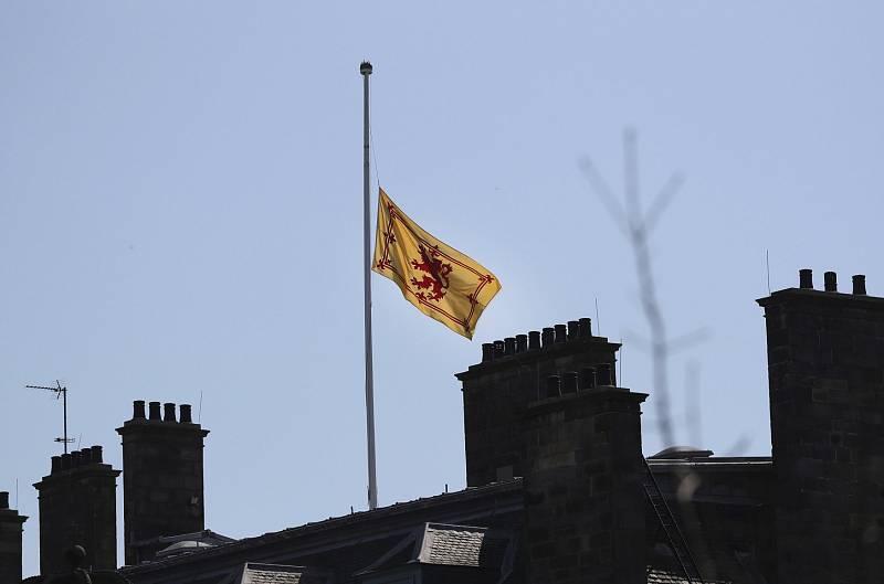 Vlajky ve skotském Edinburghu zůstaly staženy na půl žerdi.