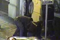 Policisté v centru Prahy zatýkají dánské výtržníky