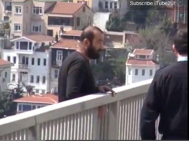 Sedmatřicetiletý Turek Orhan Eryiğit se rozhodl skočit z mostu do Bosporské úžiny.