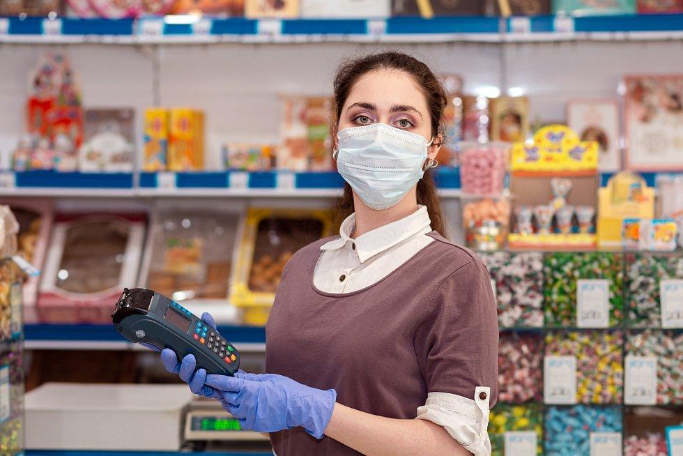 Kvůli hygienickým opatřením musí nejen pokladní už podruhé vtomto roce zvládat vroušce a vrukavicích.
