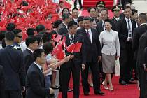 Čínského prezidenta Si Ťin-pchinga přivítala na letišti v Hongkongu záplava rudých vlajek.