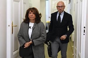 Vnučka novináře Ferdinanda Peroutky Terezie Kaslová (vlevo) u Obvodního soudu pro Prahu 1
