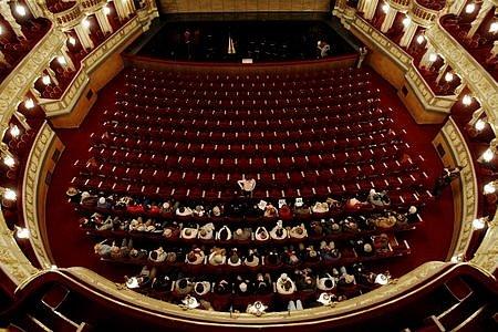 """Úchvatný pohled do """"kotle"""" Státní opery."""