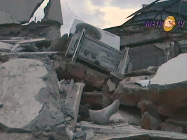 Noha vyčnívající z trosek na záběru indonéské televize po zemětřesení ve městě Pondang na ostrově Sumatra.