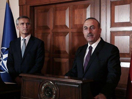 Ministr zahraničí Mevlüt Çavuşoglu a generální tajemník NATO Jens Stoltenberg.