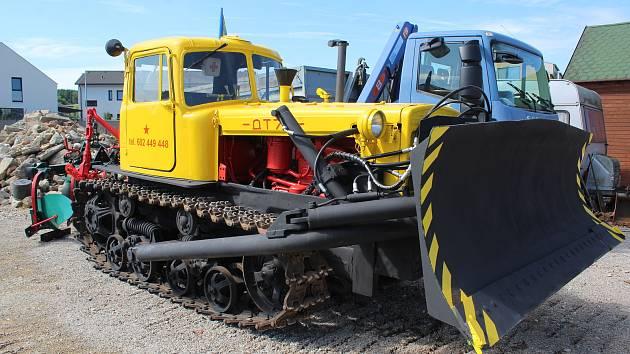 Milan Rytíř oceňuje, jak je v pásovém traktoru Kazachstán vše důkladně promyšlené. Díky tomu se ke všem dílům a součástkám dobře může a jednotlivé části soustrojí jde jednoduše vyměnit.