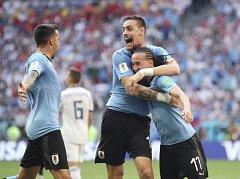 Uruguayci slaví gól proti Rusku.