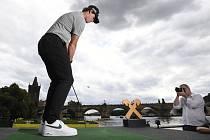 Belgický golfista Thomas Pieters odpaluje 13. srpna 2019 na Vltavě v centru Prahy při exhibici před nadcházejícím turnajem Czech Masters série European Tour.