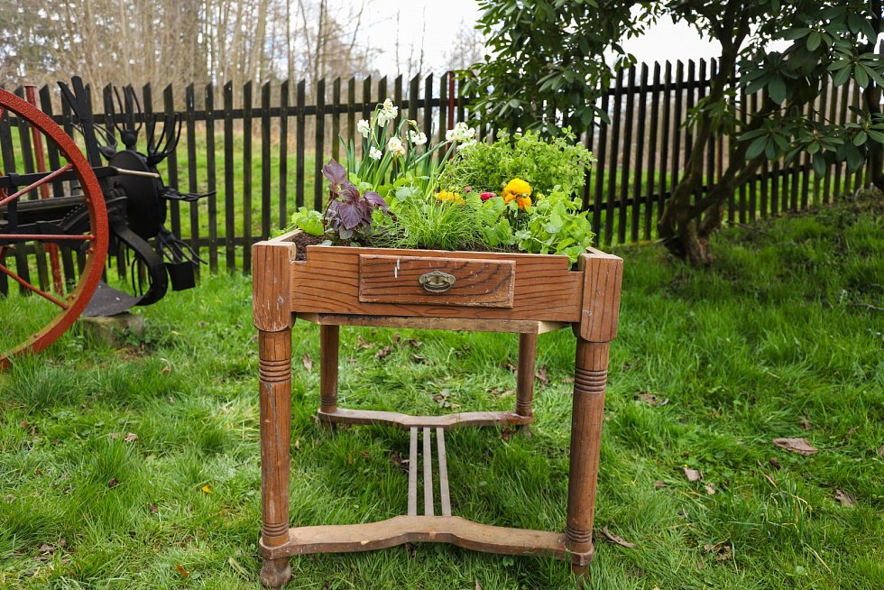 Upravený nábytek plný květin