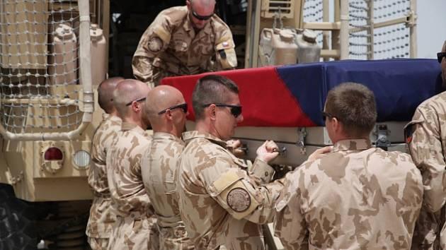 Čeští i koaliční vojáci se na letišti na základně Bagrám v Afghánistánu rozloučili se svými třemi českými spolubojovníky.