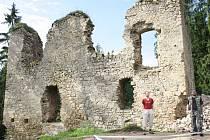 Z Pořešína se dochovaly jen zbytky zdí. Vpravo pózuje Ondra s Markem.