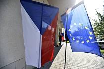 Vlajky ČR a EU, voleb do Evropského parlamentu - ilustrační foto.