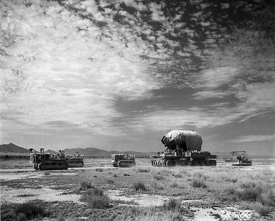 Ocelový kontejner Jumbo, který měl sloužit k zajištění plutonia v případě selhání testu, je přivážen na místo