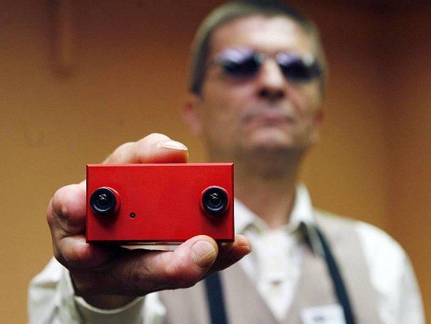 TK k ukončení první fáze vývoje unikátní orientační pomůcky pro slabozraké. Na snímku je stereokamera, která pomocí poměťových vláken informuje slepého (JUDr. Přemysl Donát).