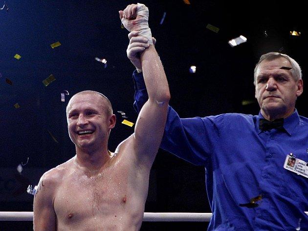 Boxer Lukáš Konečný se raduje po zisku titulu mezinárodního mistra ČR.