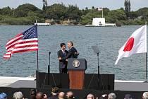 Barack Obama zahrál v Pearl Harboru na city. Na pozadí bělostného památníku potopené bitevní lodi USS Arizona se objal s japonským premiérem.