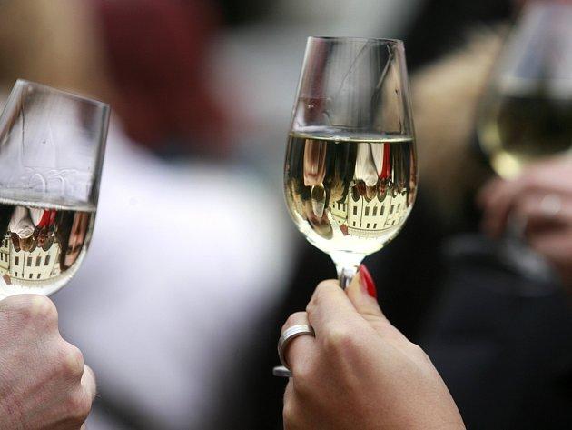 V Českém Krumlově zavedli tradici otevírání svatomartinského vína.