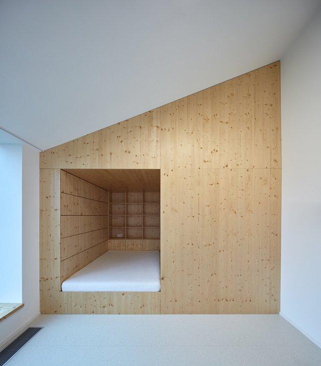 Vzdušnost interiéru patři mezi největší přednosti moderního domu.