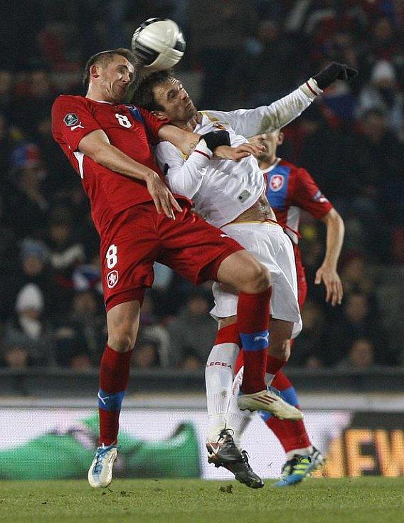 Tomáš Pekhart (vlevo) v utkání s Černou Horou