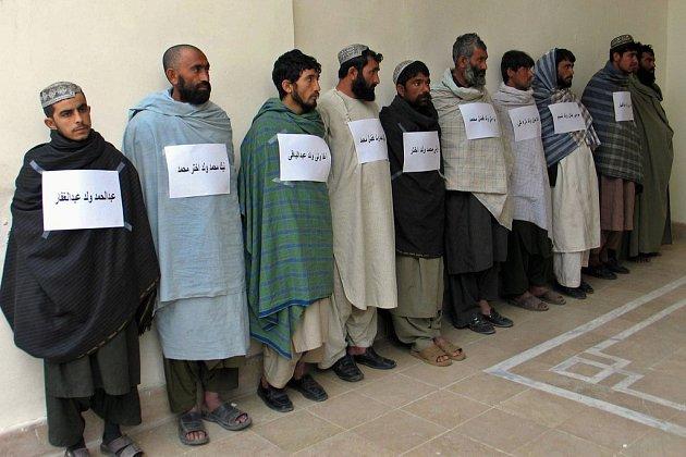 Afghánská policie ve městě Kandahár nechala předvést muže podezřelé z toho, že pomáhali povstalcům z hnutí Taliban s nedávnými pumovými útoky, při nichž na jihu země zahynulo sto čtyřicet osob.