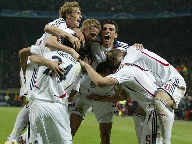 Santa Cruz v objetí spoluhráčů z Bayernu při utkání Ligy mistrů s AC Milán.