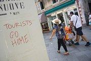 Turisté, jděte pryč! Frustrovaní obyvatelé Benátek vyslali loni vzkaz návštěvníkům.