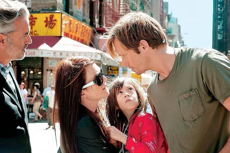 Steve Coogan, Julianne Moore, Onata Aprile a Alexander Skarsgård ve filmu Co všechno věděla Maisie (2012).