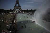 Lidé na náměstí Trocadero v Paříži během vlny veder, která zasáhla Francii