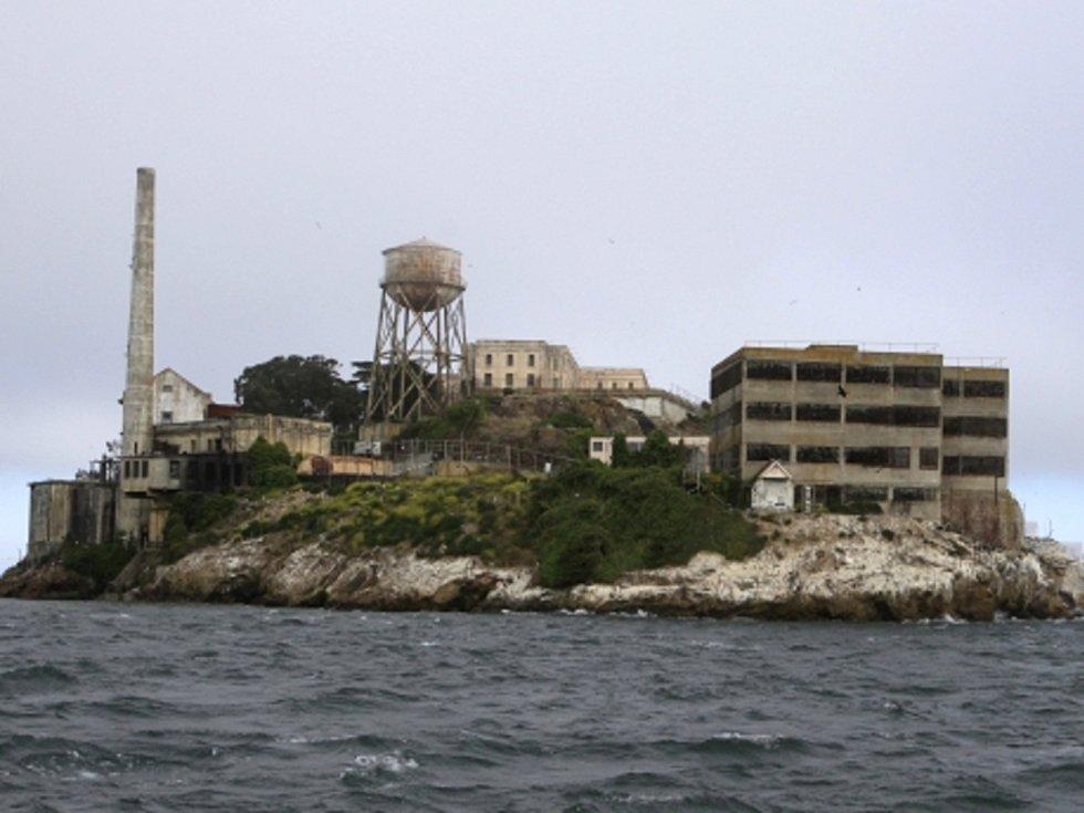 Alcatraz je jedním z nejznámějších vězení na světě. Fascinaci veřejnosti si vysloužil svým umístěním na ostrově i pověstí zařízení, z nějž není možnost utéct.